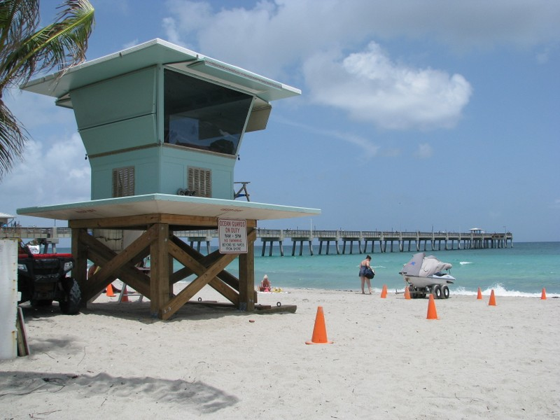 Dania Beach has lifeguard protection.